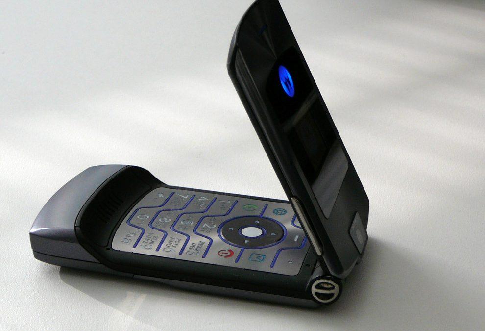 Легендарният Motorola RAZR може да се завърне под формата на сгъваем смартфон с цена
