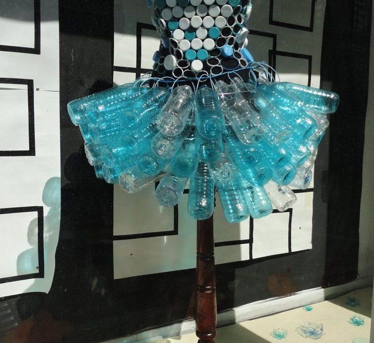 Съвременната Пепеляшка носи рокля от рециклирани бутилки