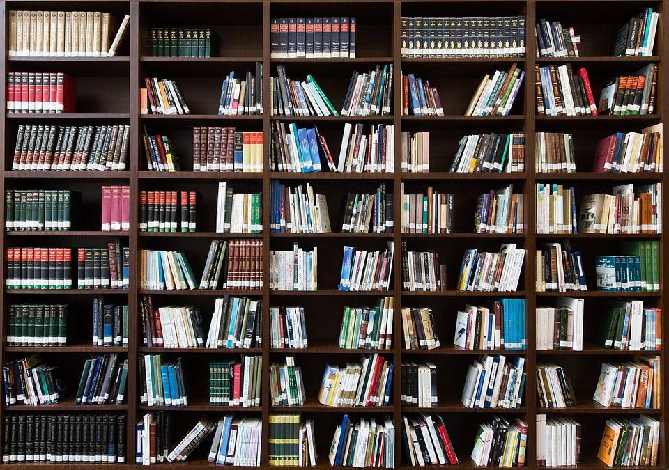 Трима автори подаряват книгите си на завършващи български ученици, за да им помогнат в живота